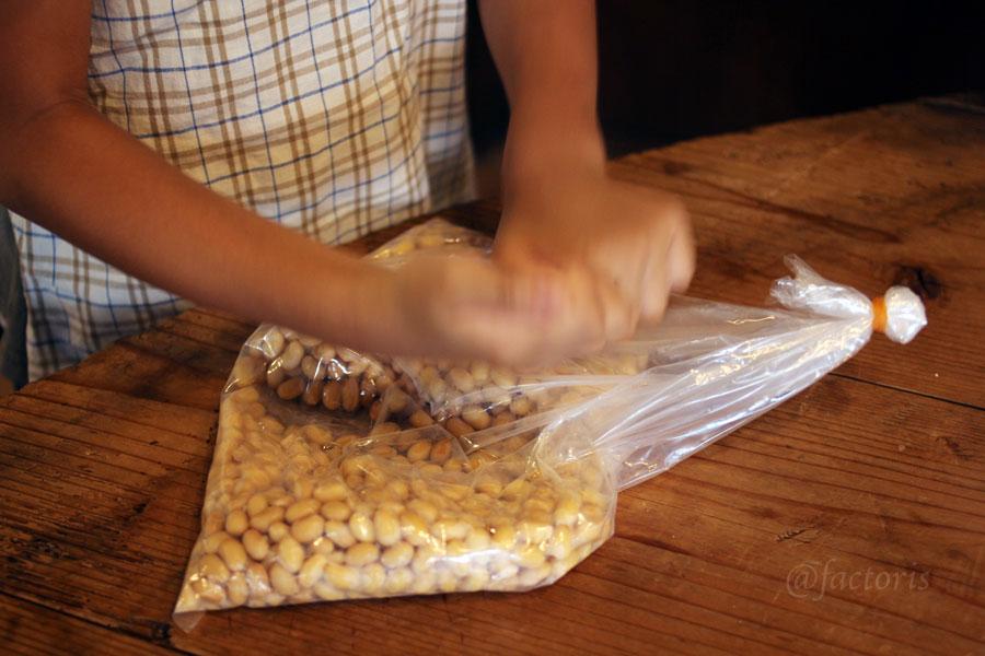 ゆでた大豆を潰す