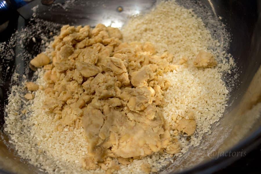 米と潰した大豆を混ぜる